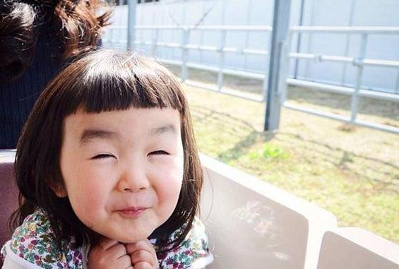 日本网红一个很火的小女孩也是有这一款齐短刘海,由于她好多恶搞鬼脸图片