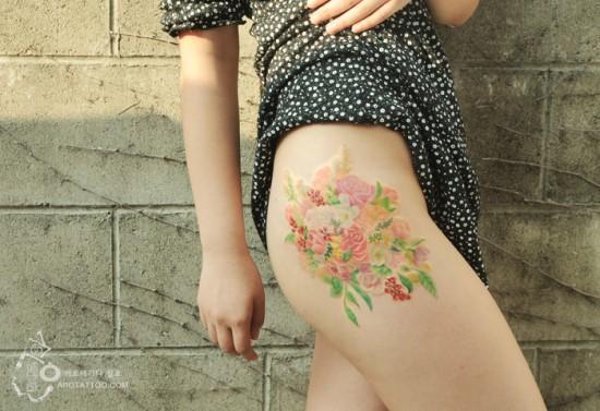 花朵图案的纹身盛开在女人的私密部位,更显得妩媚诱人!