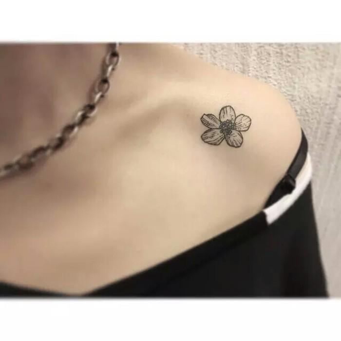 女生锁骨纹身 花朵