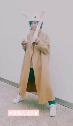 62岁刘晓庆戴卡通帽卖萌似少女