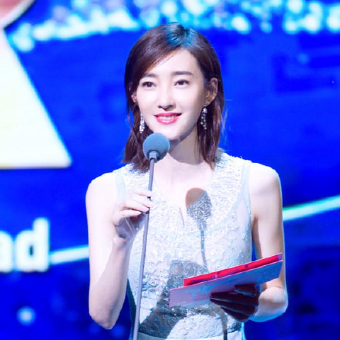 王丽坤亮相电影节 长裙上身仙气十足