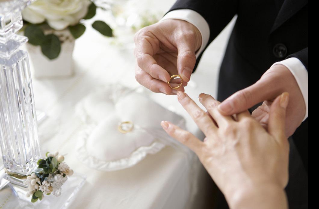 临阵脱逃?一对情侣不敢在婚礼上露面,竟找人顶替结婚
