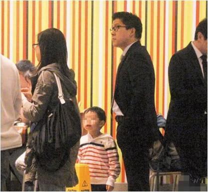 中国最节俭的豪门,带儿子排队买快餐食品,自备购物袋逛街像普通人