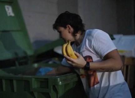 每天在垃圾箱里找食物,女护士4年省下20万购买600万豪宅