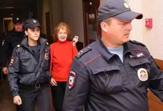"""俄罗斯""""食人魔奶奶""""承认自己谋杀了11名受害者,庭审现场飞吻"""