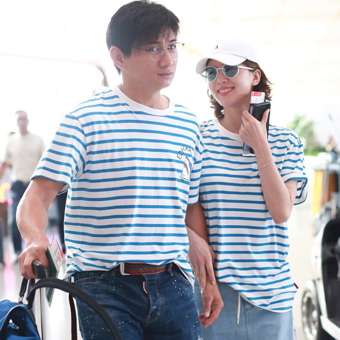 吴奇隆刘诗诗穿情侣装现身机场 牵手对视太甜蜜