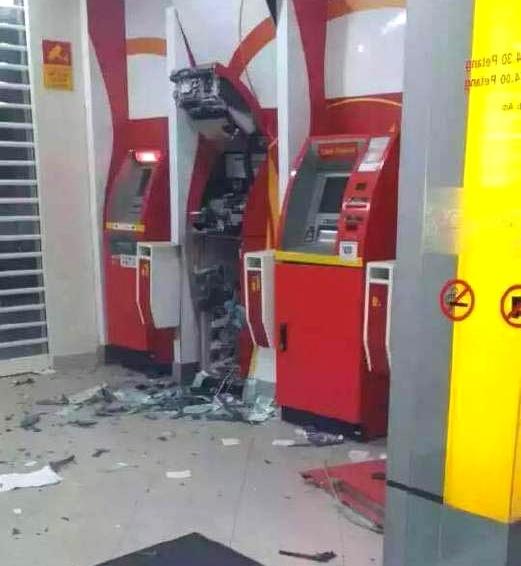 盗贼用土炸开ATM机,成功盗走提款机里的现金