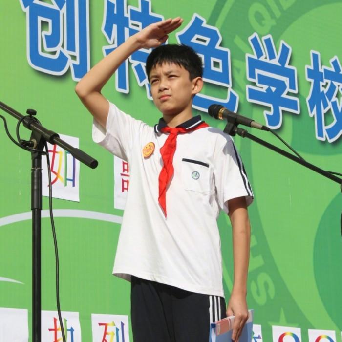 吴磊回母校晒初中升旗照片 网友:真的长大了