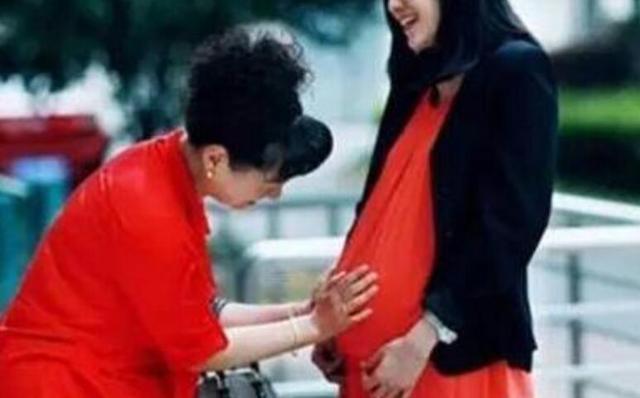 我陪着妻子去孕检,却在医院碰到了怀孕的前妻,我愣住了