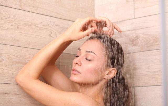 美女洗澡图片