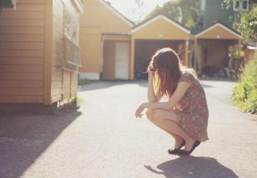 我出5万帮弟弟买房,母亲说一番话,我气得将钱甩在地上