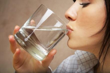 早上起床后和晚上睡觉前,分别应该怎么喝水?