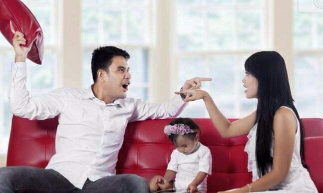 丈夫喝了二两酒,拿菜刀砍伤妻女,妻子终身残疾却表示自己谅解