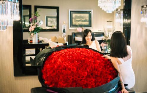 张嘉倪生日老公送巨型玫瑰,怀孕数月身材仍纤细似少女